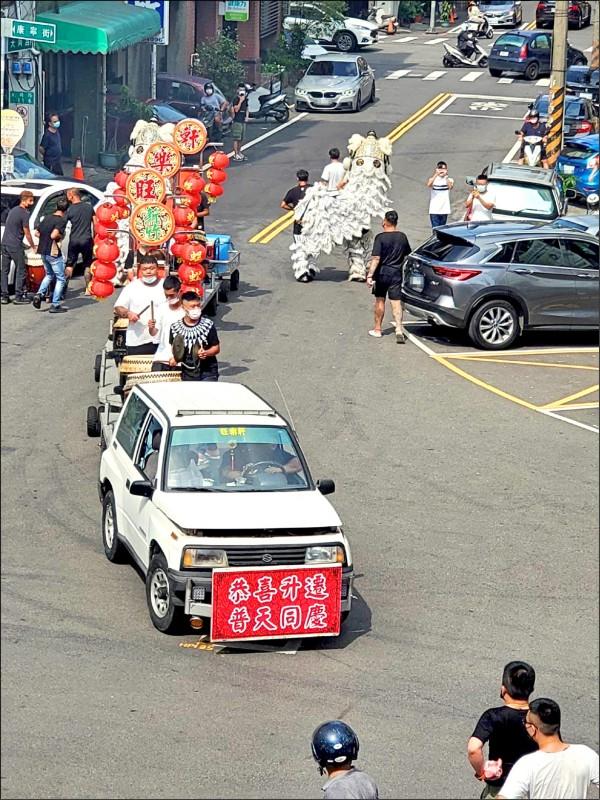新竹縣警竹東分局門前,前天下午竟有地方人士請來習俗代表喪事的白獅和佛祖車的陣頭,「慶賀」分局長江建忠調任。(民眾提供)