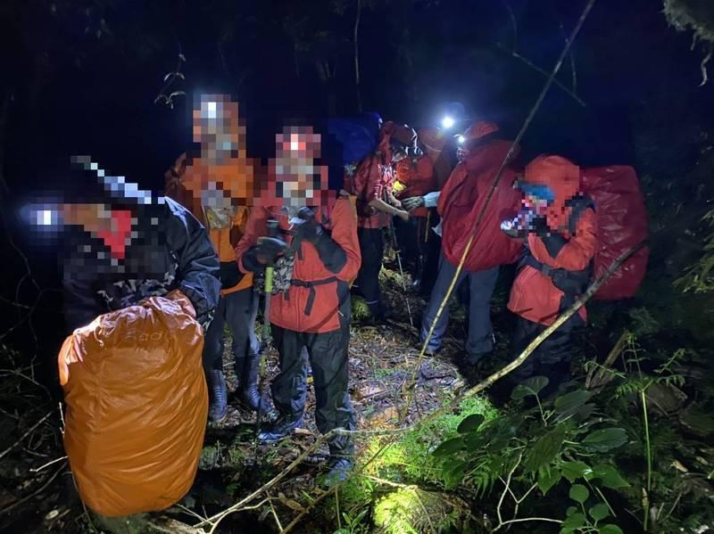 雙北11名登山客在宜蘭縣明池山區下山途中,遇上瀑布湍急水勢,宜縣消防局派員救援。(記者江志雄翻攝)