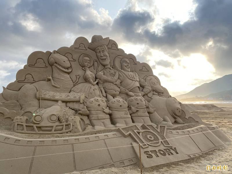 圖為玩具總動員的沙雕,吸引許多人來朝聖。(記者俞肇福攝)