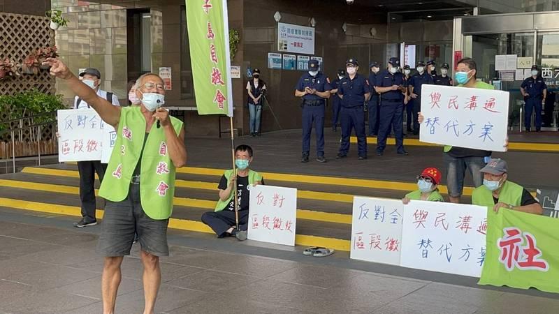 台北市長柯文哲拚卸任前公告社子島開發案區段徵收,遭到社子島自救會抗議。(記者郭安家攝)
