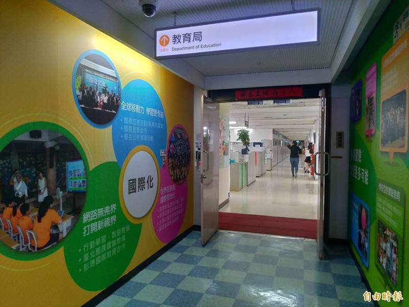 台北市國小作業簿傳出有異味,有學童寫到頭暈,北市教育局緊急送驗。(記者蔡亞樺攝)