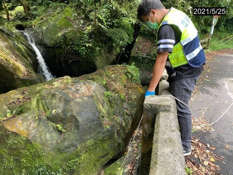 環保局到山區採檢山泉水檢測水質。(基隆環保局提供)
