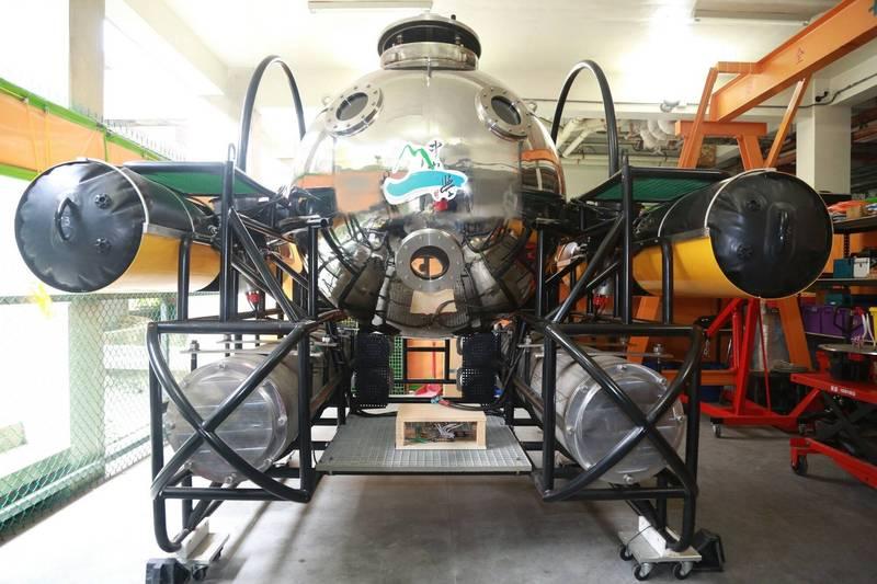 由中山大學研發的「第一代雙載水下載具」已完成水下8米的航行測試。(中山大學提供)