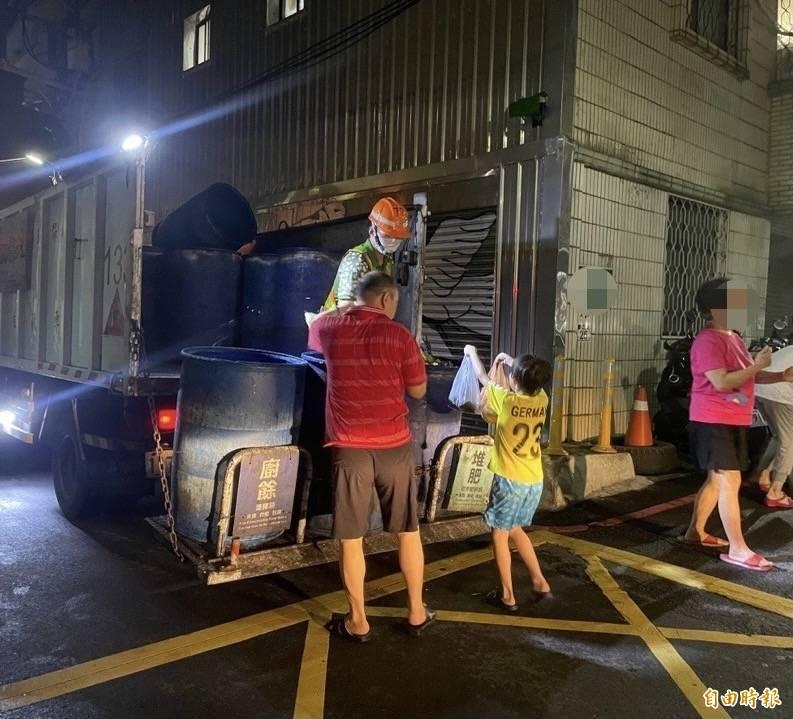 台北市環保局表示,清潔隊垃圾收運服務在中秋連假期間比照日常,9月18日、20日及21日中秋節當天,均有收運垃圾。(記者蔡亞樺攝)