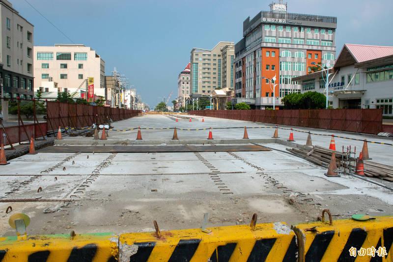 梧棲區大智路進行雨水下水道改善工程。(記者張軒哲攝)