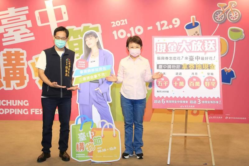 市長盧秀燕今天召開記者會宣佈謝金燕是購物節代言人,並立謝金燕人形看板(市府提供)