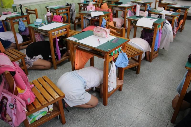 桃園市山東國小學生今天進行地震避難演練。(教育部提供)
