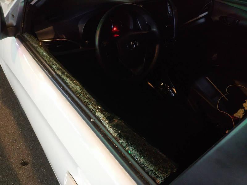 拒查車輛一路狂飆、逆向行駛,數度違規闖紅燈,停等紅燈仍拒查,2員手持車窗擊破器打碎駕駛座車窗,當場逮捕李姓駕駛及曾姓乘客。(記者闕敬倫翻攝)