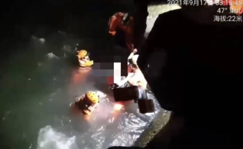 4名海巡隊員奮勇跳海救人。(讀者提供)