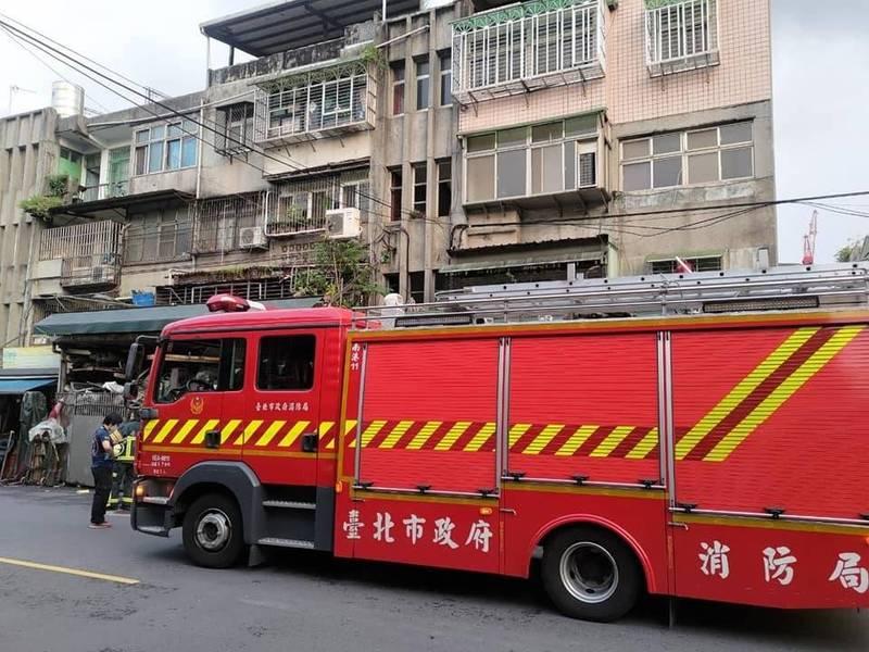 台北市消防局派出2車5人到場,到場發現瓦斯偵測數值為零。(李明賢提供)