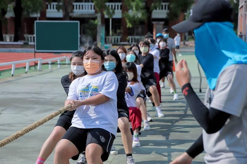 長榮中學歡度136週年校慶,運動週登場,學生戴口罩拔河比賽。(長榮中學提供)