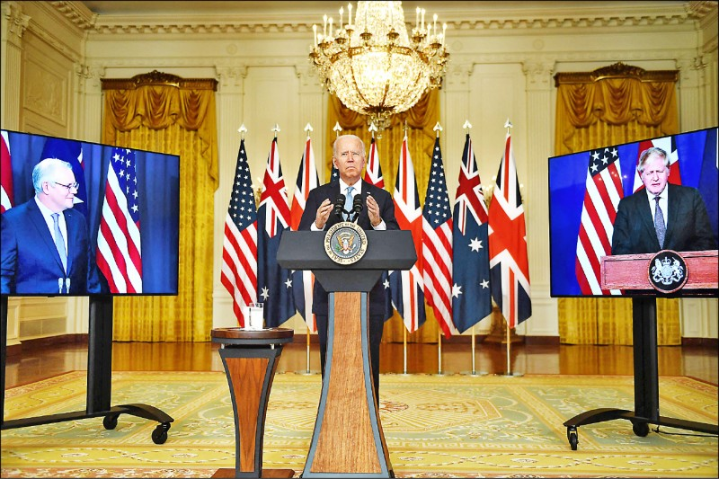 美國總統拜登(中)、英國首相強森與澳洲總理莫里森在三方視訊聯合記者會,宣布成立全新的「澳英美三方安全夥伴聯盟(AUKUS)」。(法新社)