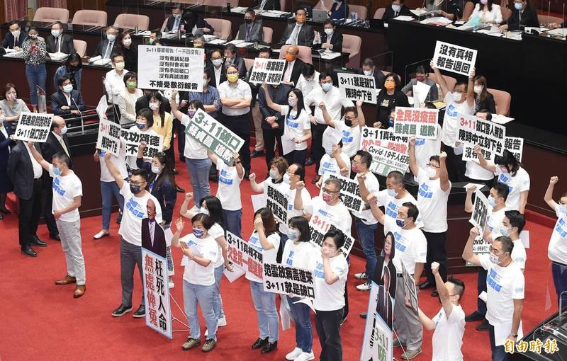 國民黨立委手持標語在場中高呼口號,要求行政院長蘇貞昌道歉。(記者廖振輝攝)