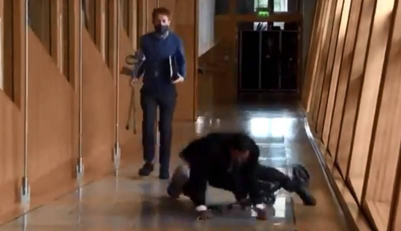 蘇格蘭衛福部長尤薩夫前往採訪現場時意外從滑板車上摔落。(圖擷取自Twitter_@GlennBBC)