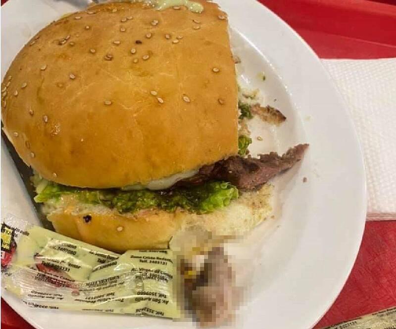 貝尼特斯於連鎖速食「熱漢堡」餐廳用餐時,意外吃到一個漢堡,內藏一根「腐爛人類手指」。(圖擷取自臉書)