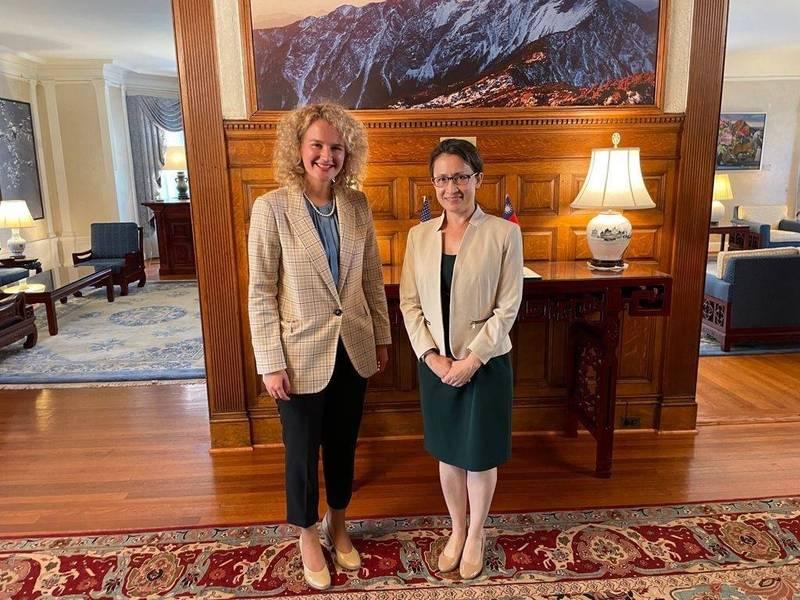 立陶宛經濟與創新部長奧茉娜(Ausrine Armonaite)14日與我駐美國代表蕭美琴在華盛頓雙橡園會面。(圖擷取自Ausrine Armonaite推特)