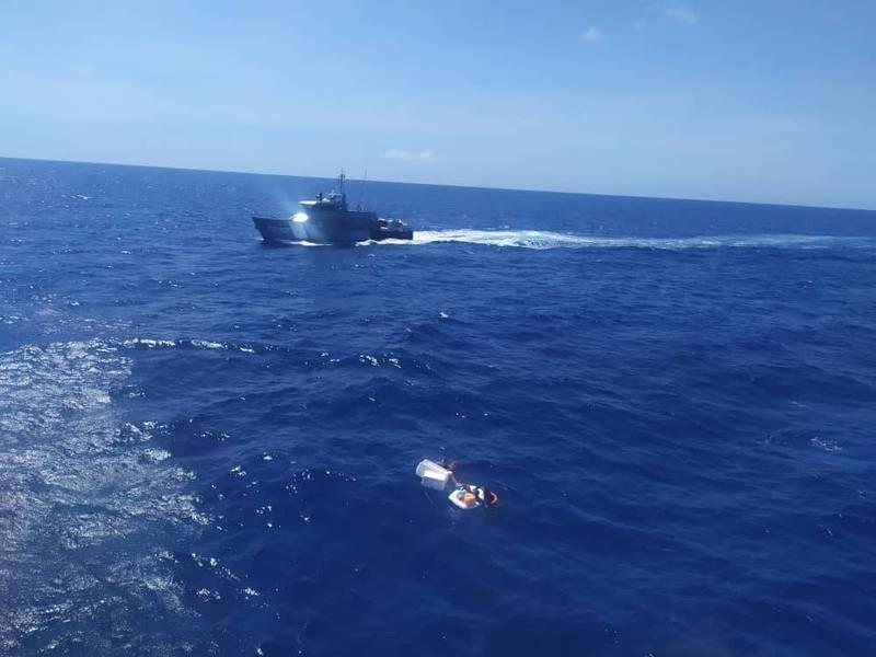 委內瑞拉一名母親與2名年幼子女、25歲保母遇船難在海上漂流,她喝尿維生,以母乳哺餵2名子女保住孩子。(圖取自inea_venezuela官方推特)
