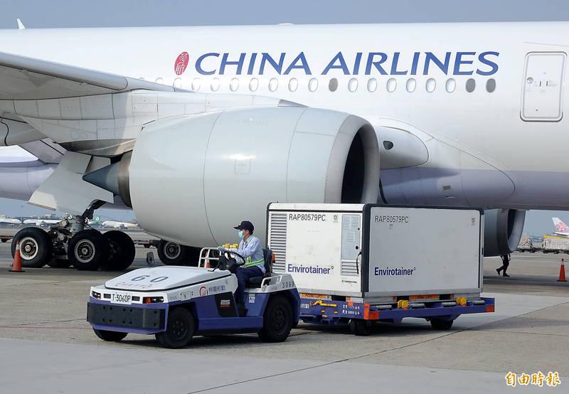 我國自購64萬計AZ疫苗17日下午自泰國曼谷運抵台灣。(記者朱沛雄攝)