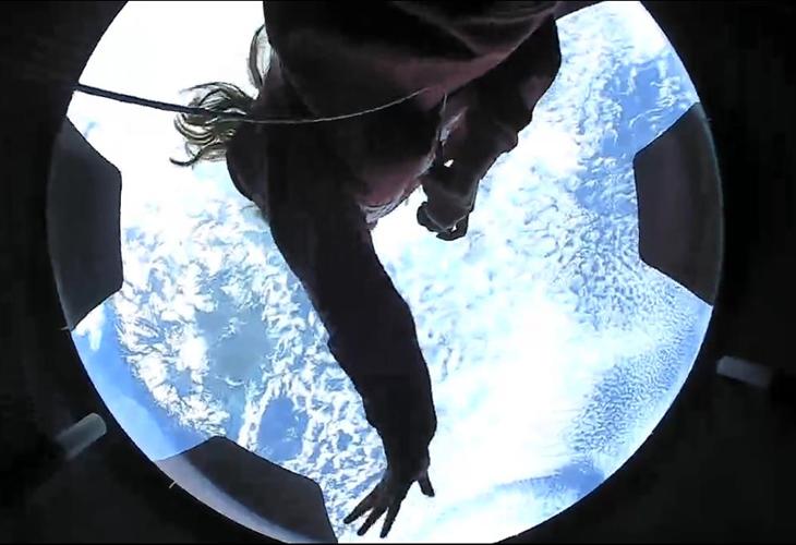 太空成員用太空船上大型觀景圓頂向外欣賞風景。(圖擷取自Twitter@inspiration4x)