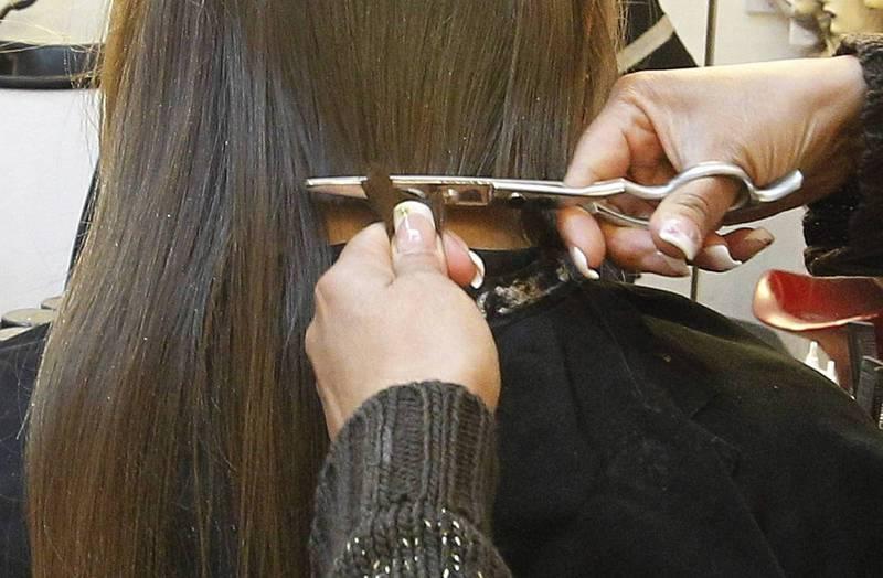 一名中國微博知名娛樂博主表示,母親突然要她寄回7根頭髮和黑白照片,稱是父親身體不好,「一個風水先生要她這麼做」,而且只要女兒的。示意圖,與本文無關。(路透)