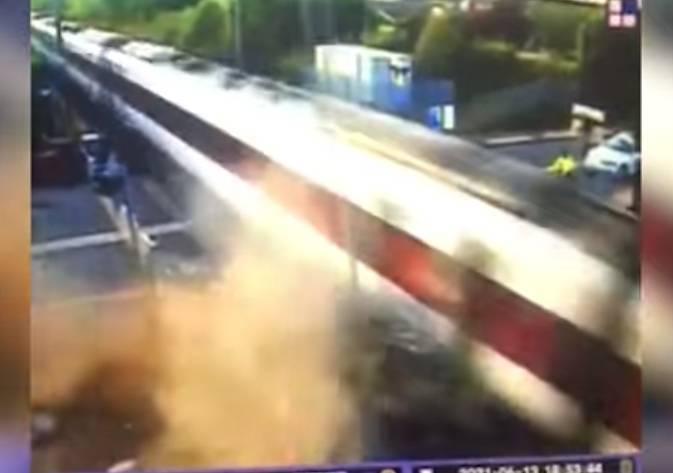 英國一名男子酒駕撞上行駛中的火車後,沒想到自行脫困後第一件事居然是「打電話找媽媽」,請母親載自己逃離現場。(圖取自Facebook/South Yorkshire Police)
