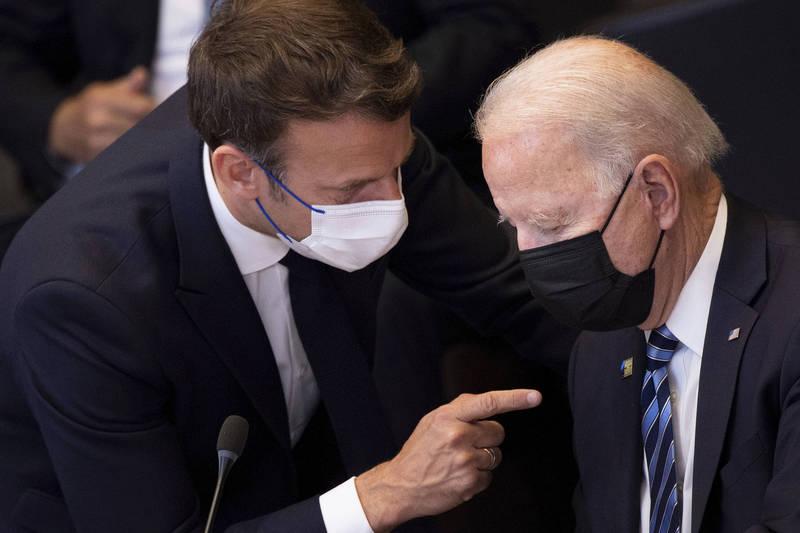 法國批評美澳的軍事合作如同背刺盟友。圖為法總統馬克宏(左)、美總統拜登(右)。(美聯社)