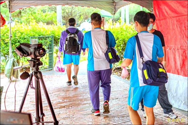 北科附工昨天恢復上課,學生魚貫進入學校。(記者魏瑾筠攝)