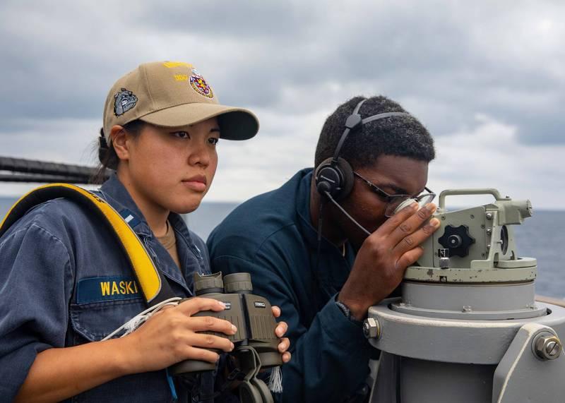 美國海軍貝瑞號的中尉和水手於通過台灣海峽時,掃視海面上的可能接觸。(取自第七艦隊官網)