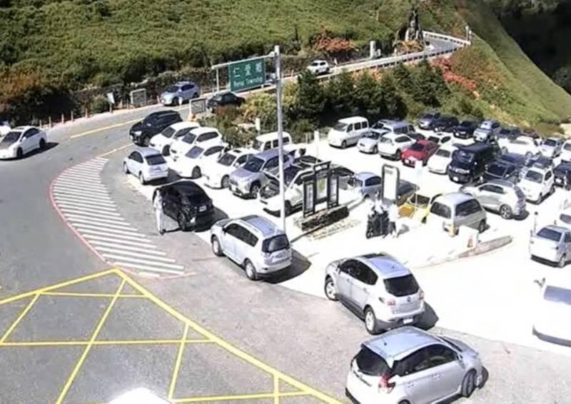 台14甲線合歡山莊停車場一早就客滿。(記者佟振國翻攝)