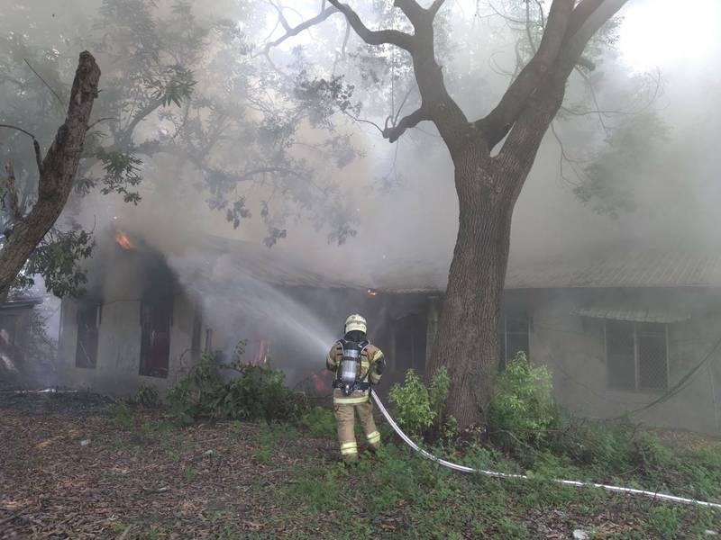 永康中正南路110號民宅火警,119獲報後,消防隊員趕往灌救。(民眾提供)