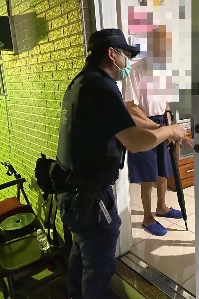 [新聞] 92歲老翁想回營「值勤抗共」被擋 警助他返家