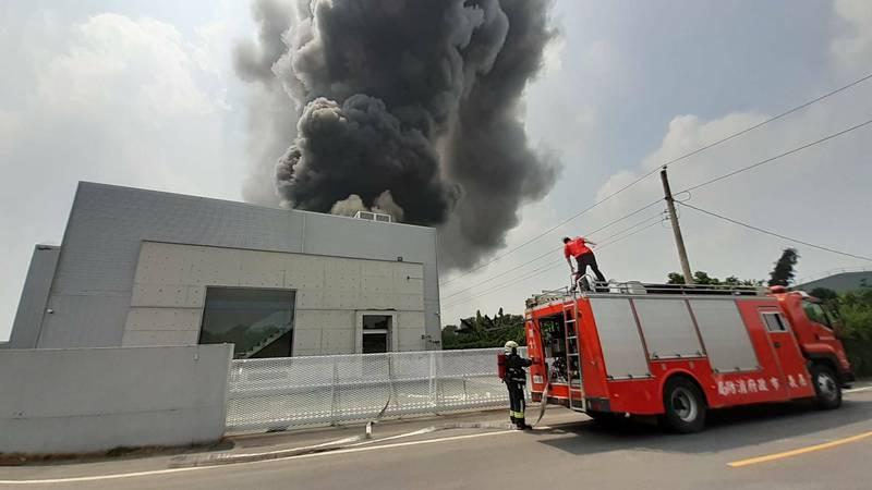 嘉市後湖工業區保忠一街某電腦資訊公司今天上午發生火警,現場竄出大量濃煙。(讀者提供)