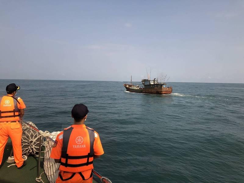 中國籍漁船越界捕魚被驅離出境。(台中海巡隊提供)