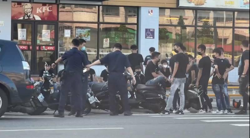 今天清晨鳳山五甲路大批黑衣人聚集,驚動警方到場。(讀者提供)