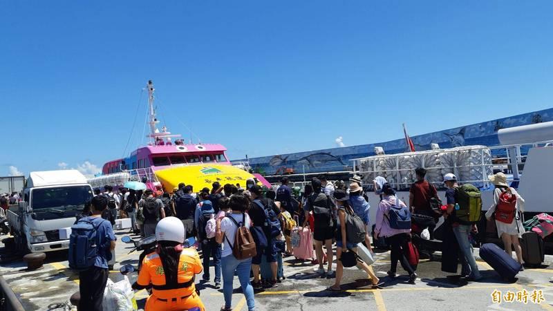富岡漁港湧進搭船往綠島的遊客。(記者黃明堂攝)