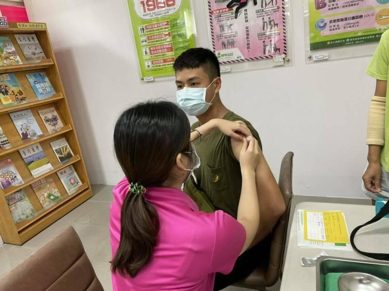 中央宣布,10月起疫苗貨源會增多,彰化縣每周可以分配到10萬劑數量,衛生局估計,到了10月底,18歲以疫苗涵蓋率可望衝破8成。(衛生局提供)
