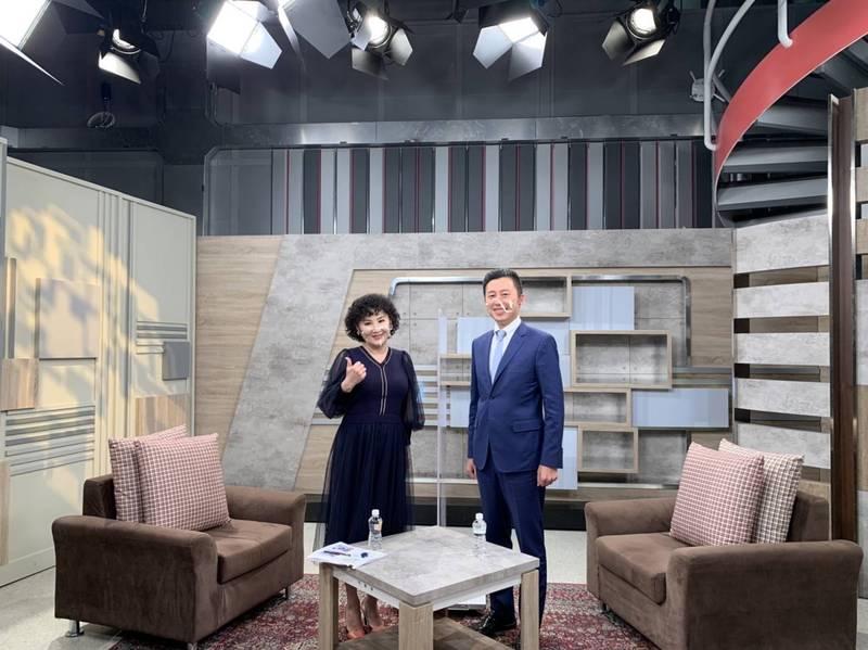 新竹市長林智堅(右)接受民視胡婉玲「新聞觀測站」節目專訪。(新竹市政府提供)
