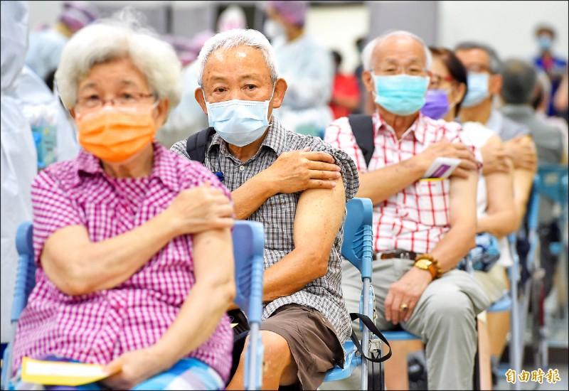 指揮中心發言人莊人祥指出,週四共接種廿萬七千九百七十九劑疫苗,主要以AZ為主。(記者劉信德攝)