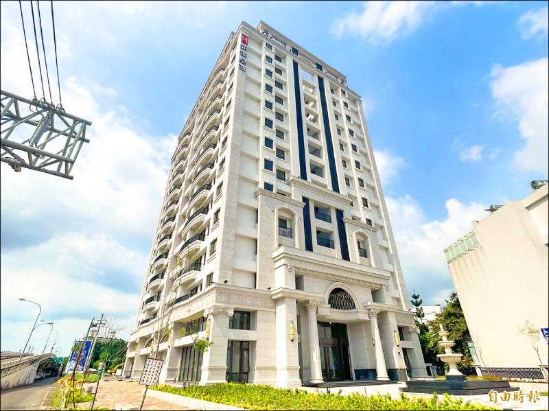 為搶攻振興5倍券商機,台南市政府今年再度推出抽房大禮,為位於永康的3房制震小豪宅。(記者萬于甄攝)