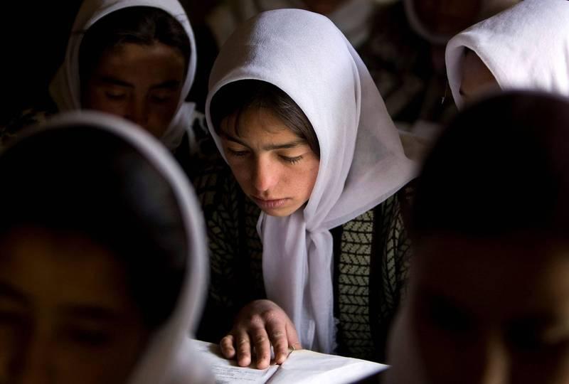 阿富汗女中學生仍無法返回學校上課。(路透)
