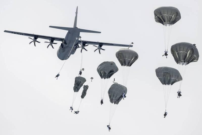 美國軍事記者艾克塞17日指出,美國空軍特種作戰司令部正在改裝C-130J「超級大力士」運輸機,替它們裝上「浮筒」,此舉可能有利對中戰爭。圖為美C-130J空投傘兵。(美聯社檔案照)