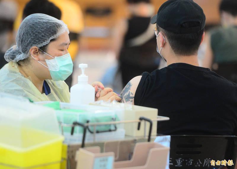 中央流行疫情指揮中心今天宣布流感疫苗632萬劑將於10月1日開打,提醒與武漢肺炎施打要間隔至少7天。(資料照)