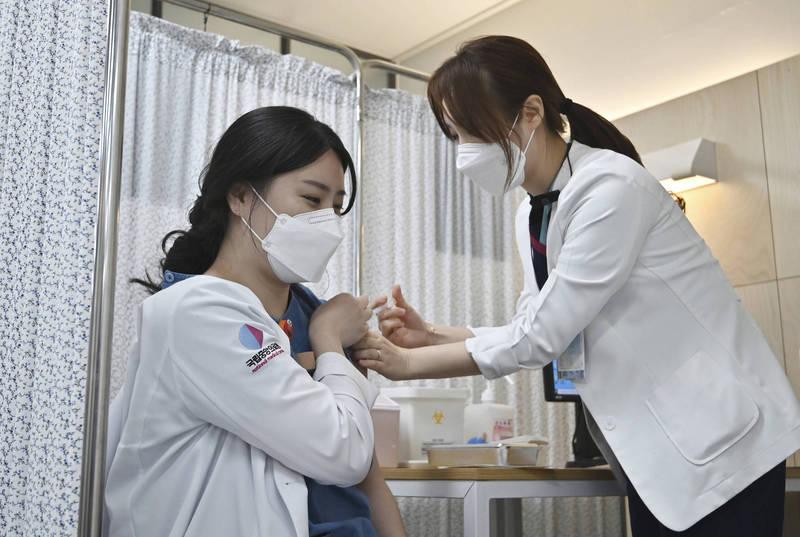 南韓自今年2月開打武肺疫苗,17日首劑接種率正式突破70%。(美聯社資料照)