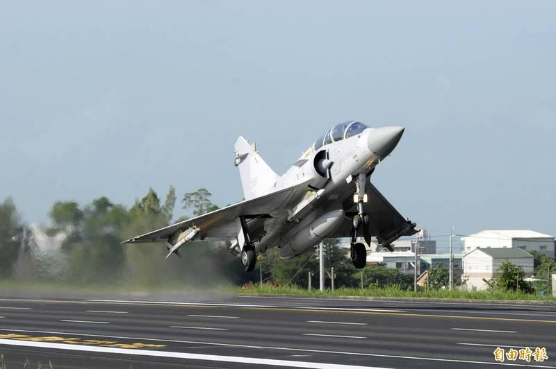 根據國防部最新公告指出,空軍司令部本週已與法國廠商簽署幻象戰機的「技術支援服務」,金額達到台幣7億9096萬元。圖為幻象戰機過去參與民雄戰備道起降演練。(資料照)
