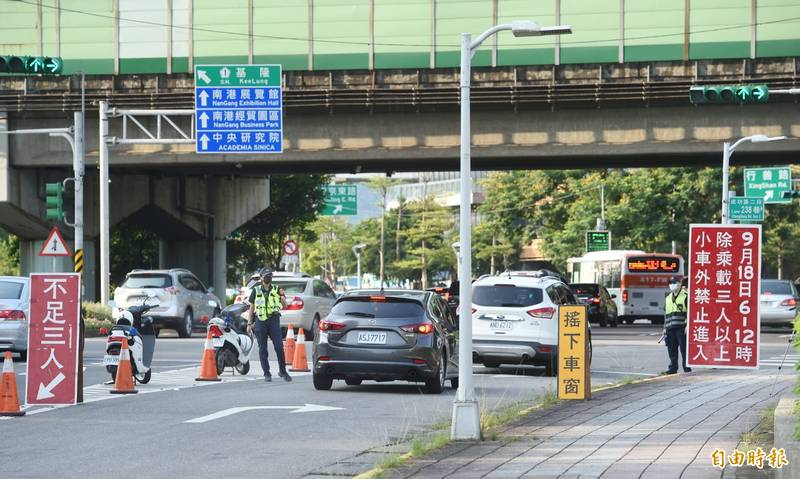 中秋連假開始,高速公路實施南下高乘載管制,員警在交流道入口攔檢。(記者方賓照攝)