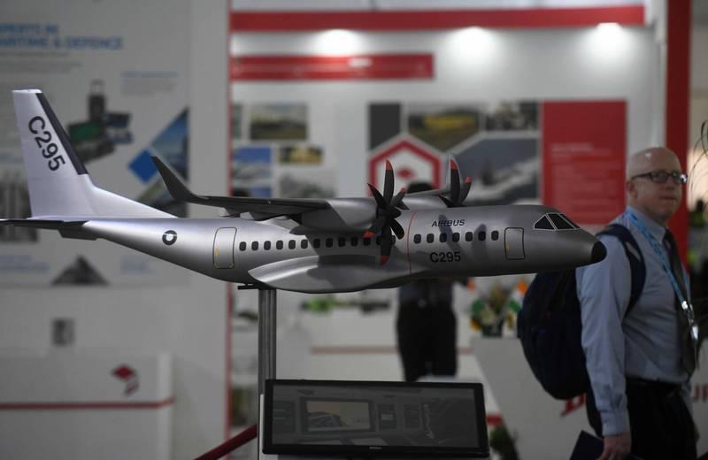 延遲3年左右,印度上週終於批准向空巴集團採購56架C295運輸機,其中40架授權由印度的塔塔集團(TASL)在當地製造。圖為C295模型2018年於印度大型國防展展出。(法新社)