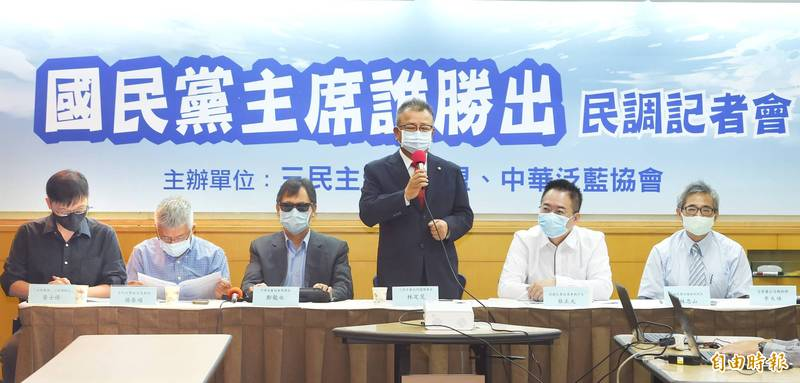 三民主義大同盟、中華泛藍協會18日舉行「國民黨主席選舉誰勝出」民調公布記者會,公布民調並發表評論。(記者方賓照攝)