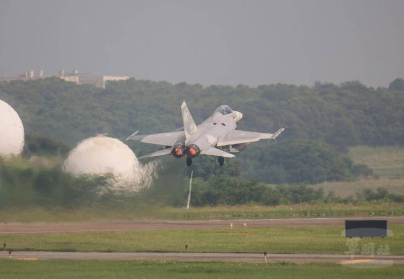 空軍IDF戰機昨天執行漢光演習「連續反擊作戰」任務,並在中部地區進行操演。(圖:軍聞社提供)