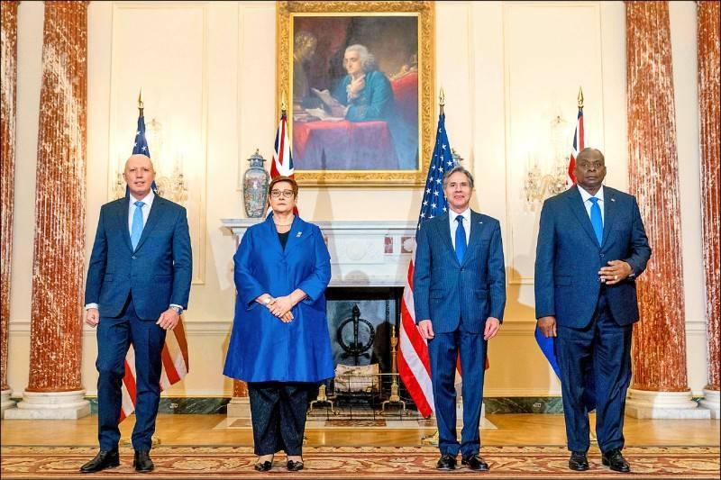 美國國務卿布林肯(右二)和國防部長奧斯汀(右),16日在華府與來訪的澳洲外長潘恩(左二)及國防部長杜登(左)會談,聲明將強化對台關係。(法新社)