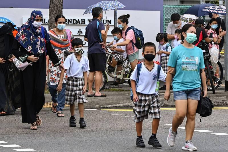 新加坡近日疫情再度升溫,加上小六會考(小學離校考試,PSLE)已近,該國教育部宣布,小一至小五學生9月27日至10月6日都改為遠距上課。(法新社)